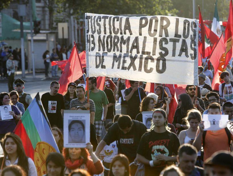 JÓVENES CHILENOS MARCHAN EN REPUDIO POR DESAPARICIÓN DE ESTUDIANTES MEXICANOS